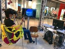 女孩佩带在商城的虚拟现实风镜 免版税图库摄影