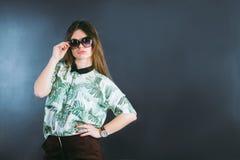 女孩佩带太阳镜 免版税库存图片