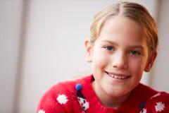 女孩佩带的圣诞节套头衫画象  图库摄影
