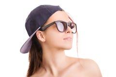 女孩佩带的帽子和太阳镜的画象 免版税库存照片