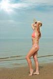 女孩佩带的比基尼泳装和帽子 免版税库存图片