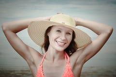 女孩佩带的比基尼泳装和帽子 库存照片