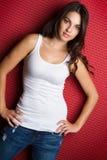 女孩佩带的蓝色牛仔裤 免版税库存照片