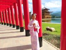 女孩佩带yukata Hinoki森林和木材日本柏做的新的旅行的地方Hinoki土地日本风格城堡 库存照片