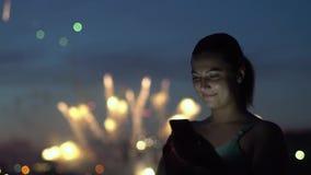 女孩使用一个智能手机在有的烟花期间一种好心情 慢的行动 HD 股票录像
