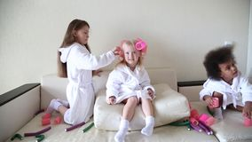 女孩使用与卷发夹和簪子 影视素材