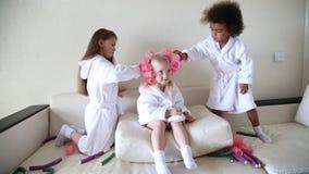 女孩使用与卷发夹和簪子 股票录像