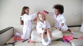 女孩使用与卷发夹和簪子 股票视频