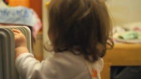 女孩使用与玩具 在儿童房间 股票录像