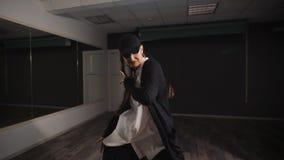女孩使用他们的情感表情和活跃手运动的跳舞舞蹈在舞蹈演播室 现代的舞蹈 股票录像