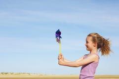 女孩侧视图有轮转焰火的在海滩 免版税库存照片