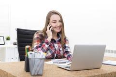 女孩侧视图电话的在办公室 免版税图库摄影