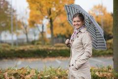 女孩俏丽的伞 免版税库存照片