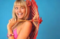 女孩俏丽的微笑的闪光的年轻人 免版税图库摄影