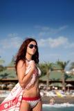 女孩俏丽的海滨 免版税库存图片