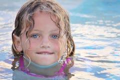 女孩俏丽的游泳 免版税库存照片