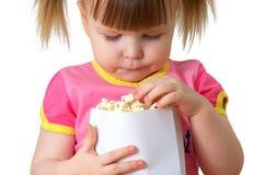 女孩保留少许程序包玉米花 免版税库存照片