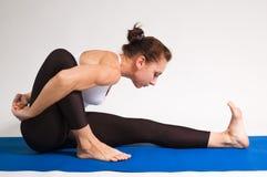 女孩信奉瑜伽者 免版税库存图片