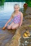 女孩修造沙子城堡 免版税库存图片
