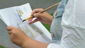 女孩修道院的绘画图片使用刷子的 股票视频