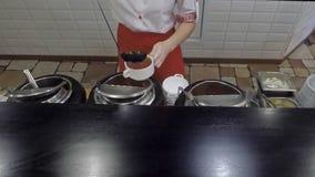 女孩倒乌克兰罗宋汤入板材 股票视频