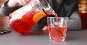 女孩倒草莓柠檬水入玻璃玻璃 股票录像