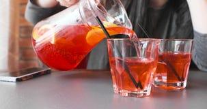 女孩倒草莓柠檬水入玻璃玻璃 影视素材