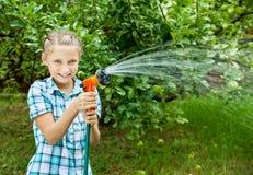 女孩倾吐从水管的水 库存照片
