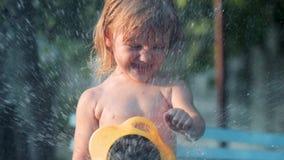 女孩倾吐从水管的水 影视素材