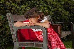 女孩偏僻的皮箱 免版税库存照片