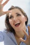 女孩偏僻的看起来的多雨投掷视窗 库存图片