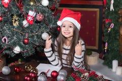 女孩做一个愿望在圣诞节 免版税图库摄影