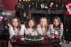 女孩做一个愿望在圣诞节 库存照片