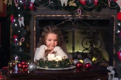 女孩做一个愿望在圣诞节 免版税库存图片