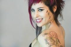 女孩做丝毫的纹身花刺 库存图片