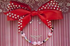 女孩做了串珠和假钻石 免版税库存图片