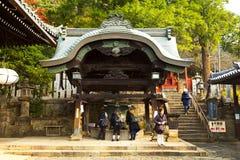 女孩做优点在Todaiji Nigatsudo寺庙在奈良,日本 免版税库存图片