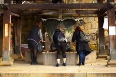 女孩做优点在Todaiji Nigatsudo寺庙在奈良,日本 免版税库存照片