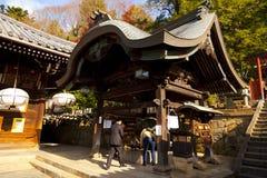 女孩做优点在Todaiji Nigatsudo寺庙在奈良,日本 免版税图库摄影