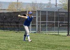 女孩做准备在比赛前的垒球投手 库存照片