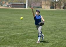 女孩做准备在比赛前的垒球投手 免版税库存图片