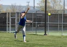 女孩做准备在比赛前的垒球投手 免版税库存照片