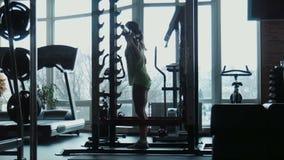 女孩做在健身房的锻炼 股票视频