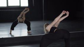 女孩做灵活性肩膀的锻炼在慢动作 股票录像