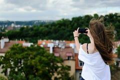 女孩做照片风景背面图 免版税库存图片