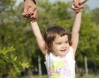 女孩做父母支持的纵向 免版税库存图片