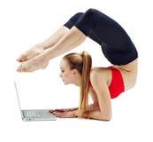女孩做瑜伽锻炼 库存图片