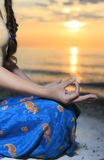 女孩做瑜伽 免版税库存图片