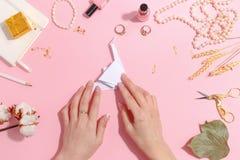 女孩做纸起重机origami 顶视图 库存图片