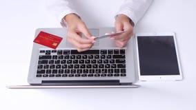 女孩做网上购物使用笔记本和膝上型计算机在办公室 看板卡相信不同 关闭 影视素材